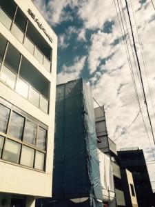 お隣に5階建てのビル建築中です。